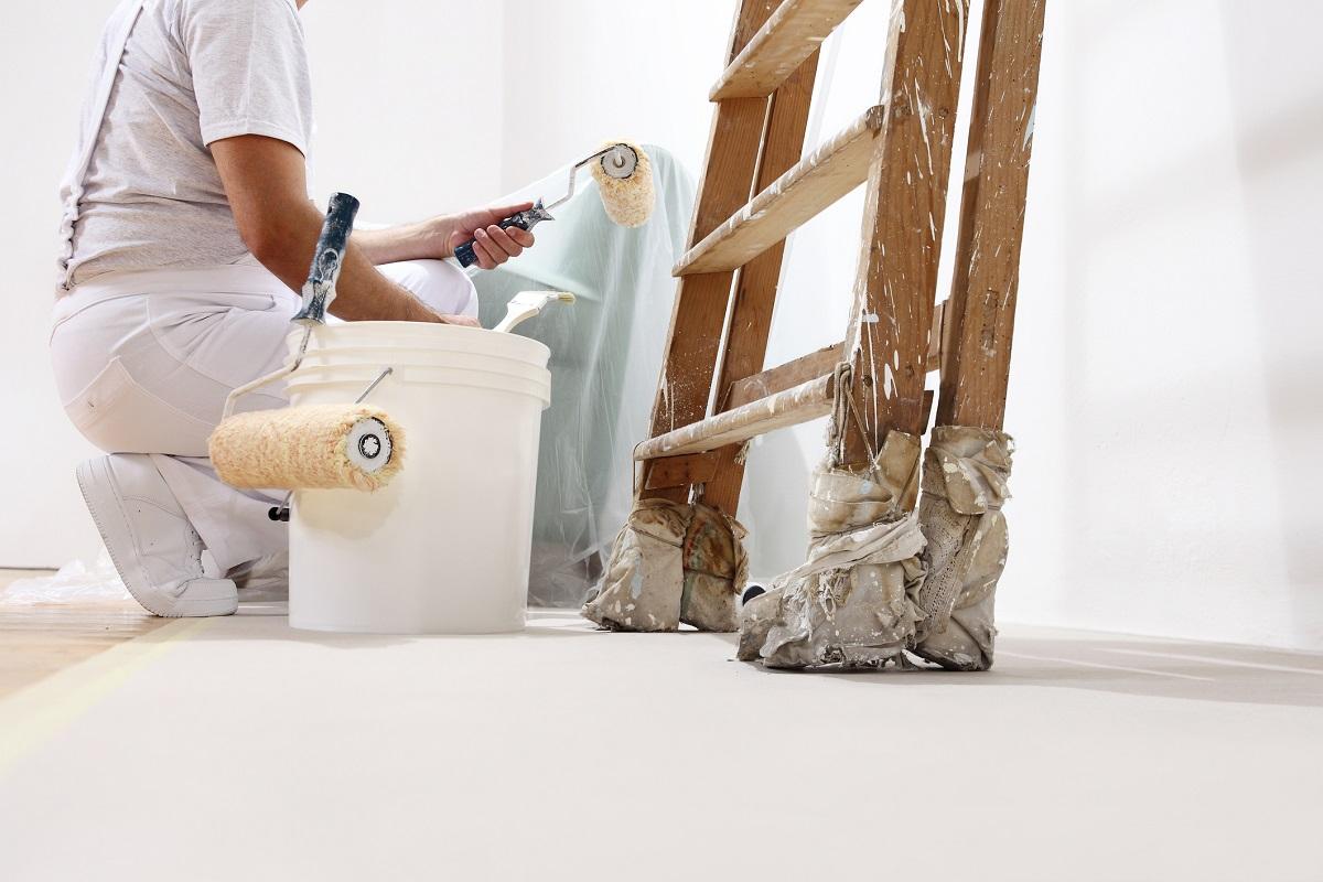 Maler mit Farbeimer und Leiter Hugo Groll Malerbetrieb Bochum